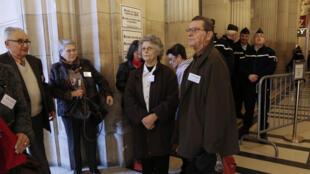 Des victimes d'Epinal arrivent à la Cour d'appel de Paris, le 12 novembre.