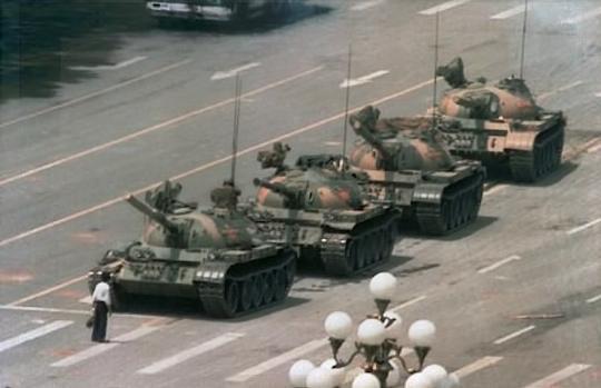 这是一张流传最广的一名青年在六四之夜在北京长安街阻挡解放军坦克的照片。