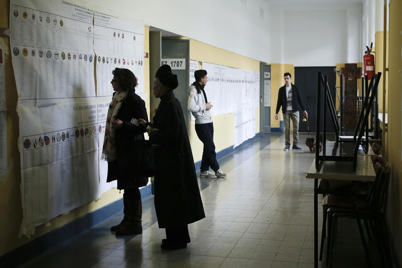 Un bureau de vote à Rome, dimanche 24 février 2013.