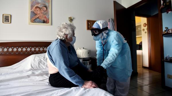 Segundo a seguridade social da Itália, cerca de 19 mil pessoas provavelmente morreram após terem sido contaminadas pelo coronavírus ou por sofrerem de outras doenças e não terem sido tratadas devido à superlotação dos hospitais nos meses de março e abril.