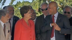 A presidenta Dilma Rousseff conversa com o presidente do Haiti, Michel Martelly (d), nesta quarta-feira.