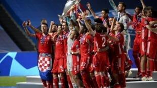 Le Bayern Munich soulevant le trophée de la Ligue des Champions, le 23 août à Lisbonne.