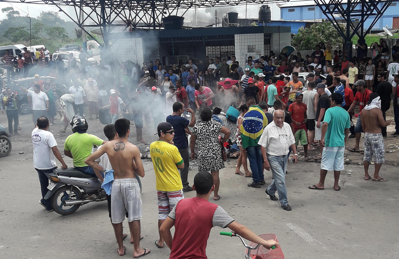 Manifestantes brasileiros queimaram pertences de imigrantes venezuelanos em Pacaraima, no Estado do Roraima, no domingo (19).
