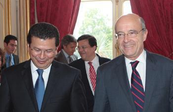 Alain Juppé acogió a su homólogo Hugo Roger Martinez Bonilla, ministro de Relaciones Exteriores de El Salvador, el 19 de julio de 2011 (París, Quai d'Orsay).
