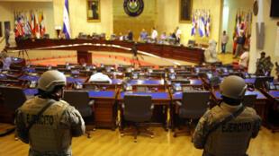 Des soldats de l'armée dans l'enceinte de l'Assemblée nationale, pendant que le président salvadorien Nayib Bukele participe à une session spéciale, à El Salvador, le 9 février 2020.
