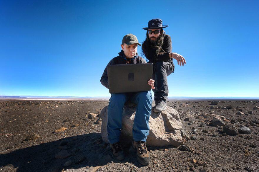 Juan Cortés y Sergio Martin, astrónomos de ALMA trabajando en terreno para determinar alineaciones de las Saywas con el Sol y con distintas constelaciones.