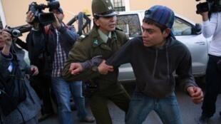 Un étudiant arrêté par la police lors de la manifestation exigeant plus de moyens dans l'enseignement public à Copiaco, le 5 août 2011.