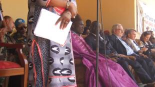 Catherine Samba-Panza s'exprime devant les habitants à la mairie de Ndélé, en RCA.