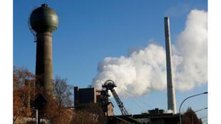 Nuage de fumée devant une mine de charbon à Ibbenbueren le 4 décembre 2018.