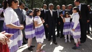 O enviado especial da ONU, Kofi Annan, visita campo de refugiados sírios na fronteira turca, nesta terça-feira.