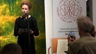 Bộ trưởng Văn Hóa và Dân Chủ Thụy Điển Amanda Lind trao giải Tucholsky cho nhà sách-nhà xuất bản Quế Dân Hải (Gui Minhai), đang bị cầm tù ở Trung Quốc. Ảnh chụp ngày 15/11/2019.