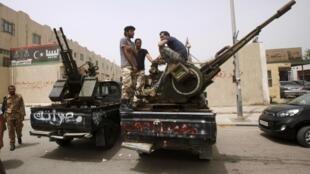 Milicianos protestam diante do ministério da Justiça em Trípoli nesta terça-feira, 30 de abril de 2014.