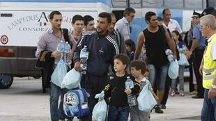 Imigrantes na chegada à ilha italiana de Lampedusa