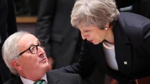 Bà Theresa May (P) thảo luận với chủ tịch Ủy Ban Châu Âu, Jean-Claude Juncker, ngày 13/12/2018 tại Bruxelles.