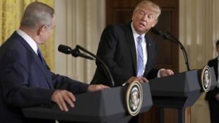 Rais wa Marekani Donald Trump na Waziri Mkuu wa Israel Benjamin Netanyahu, wakati wa mkutano wa pamoja na waandishi wa habari kabla ya mkutano wao katika Ikulu ya Marekani Februari 15, 2017.