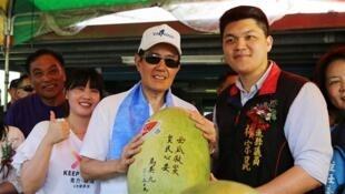 图为台湾前总统马英九义卖西瓜