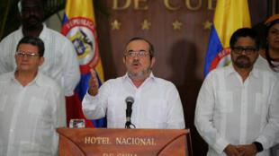 """O líder Timoleón Jiménez (centro), chamado de """"Timochenko"""", anunciou o fim da guerra."""