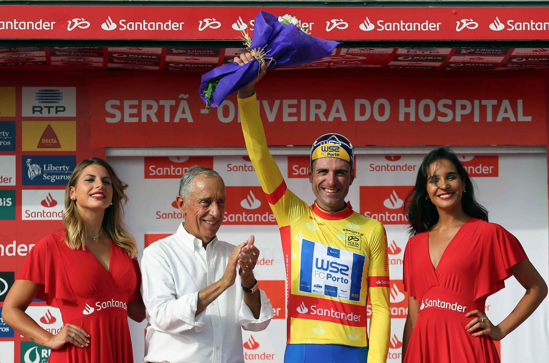 O espanhol Raúl Alarcón (direita) da equipa portuguesa W52-FC Porto venceu a terceira etapa e vestiu a camisola amarela, no dia em que o Presidente da República, Marcelo Rebelo de Sousa (esquerda), esteve presente na Volta a Portugal.