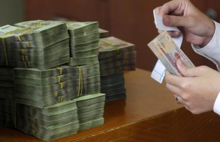 Đếm tiền tại một ngân hàng ở Hà Nội. Ảnh chụp ngày 29/11/2010.