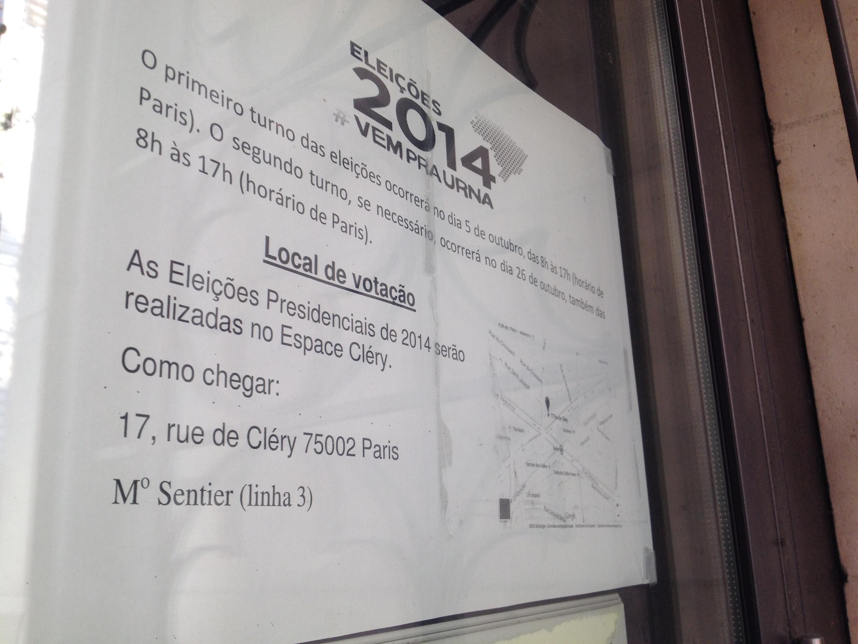 Pequeno anúncio na porta do Consulado do Brasil em Paris anuncia mudança no local da votação.