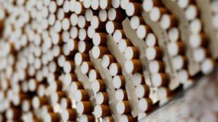 Des cigarettes durant leur fabrication, en 2014, dans une usine allemande du British American Tobacco qui produit notamment les Lucky Strike.