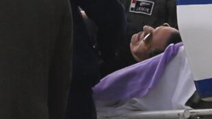 L'ancien président égyptien Hosni Moubarak a été transporté sur une civière pour assister à son procès ce jeudi 2 mars 2017 au Caire.