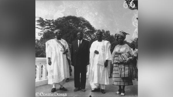 Le président Hubert Maga et son épouse posent sur la terrasse du Palais des gouverneurs à Porto-Novo, avec Sourou Migan Apithy.