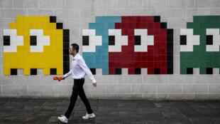 Una obra del artista callejero Tsim Sha Tsui, en Hong Kong, en mayo de 2019, con los personajes del juego Pac-Man, que cumple 40 años en 2020