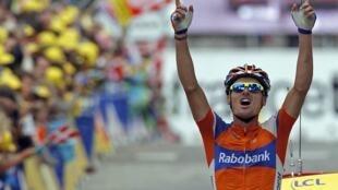 Испанский велогонщик Луис Леон Санчес пришел первым на 14 этапе Тур де Франс 15 июля 2012 г.