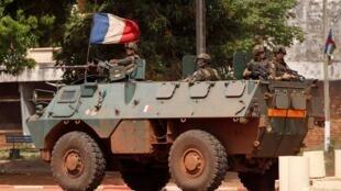 法國裝甲兵在中非首都班吉2013年12月5日
