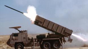 Lancement d'une roquette ASTROS-II SS-30 par l'armée saoudienne (entraînement).