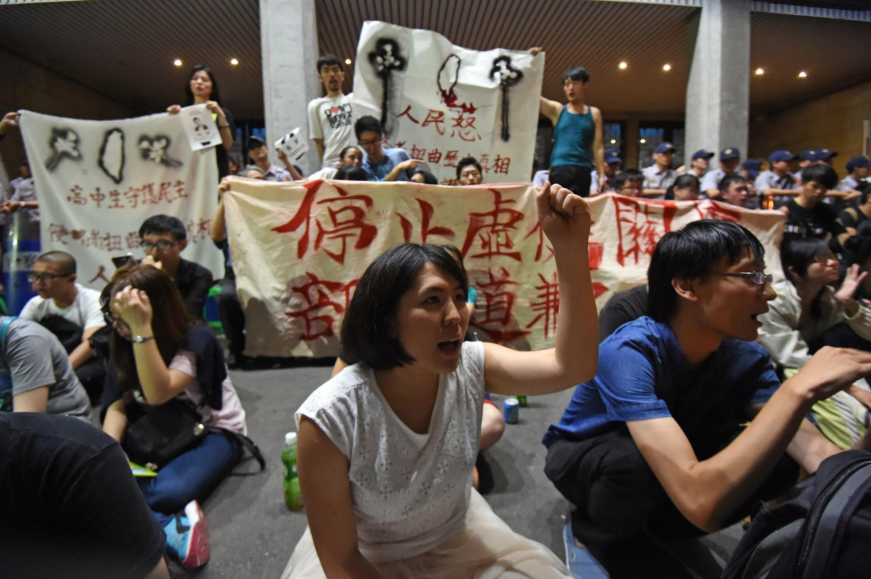 Người biểu tình Đài Loan biểu tình phản đối tại lối vào Bộ Giáo dục, ngày 31/07/2015.