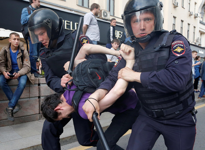 Задержание полицейскими участника митинга против коррупции в центре Москвы, 12 июня 2017.