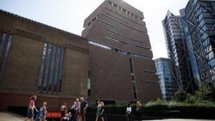 Menino francês foi empurrado do 10° andar e caiu em uma plataforma do 5° andar do museu Tate Modern, em Londres.