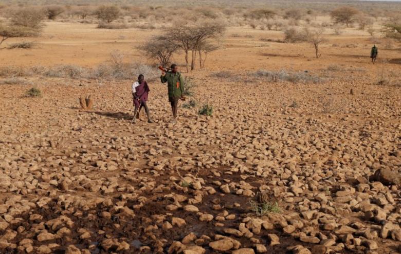 Wani dan kabilar Turkana a kasar Kenya yayinda yakejiran shanunsa su sha ruwa daga wata rijiyar birtsatsai.