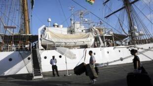 """Navio argentino """"Liberdade"""", retido no porto ganense de Tema."""