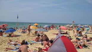 Pendant l'été, la surveillance est accrue sur le littoral français pour éviter les noyades.