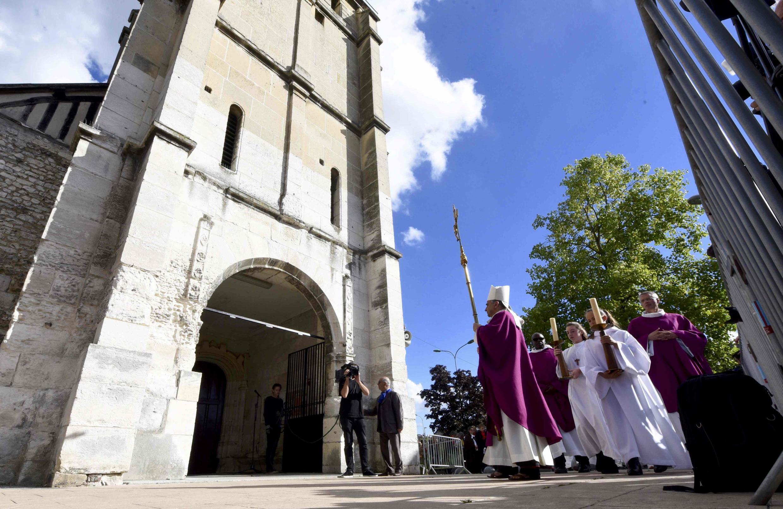Епископ Руанский провел крестный ход перед началом мессы в Сент-Этьен дю Рувре