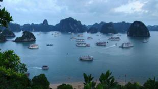 """Non nước vịnh Hạ Long """"tràn ngập"""" các thuyền chở khách du lịch."""