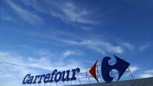 Grupo Carrefour sela parceria com Abilio Diniz no Brasil.