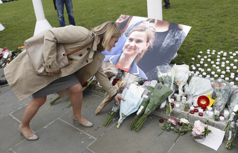 Người dân đặt hoa tưởng niệm nữ dân biểu Công Đảng, bà Jo Cox, tại quảng trường Nghị Viện, Luân Đôn, ngày 17/06/2016.
