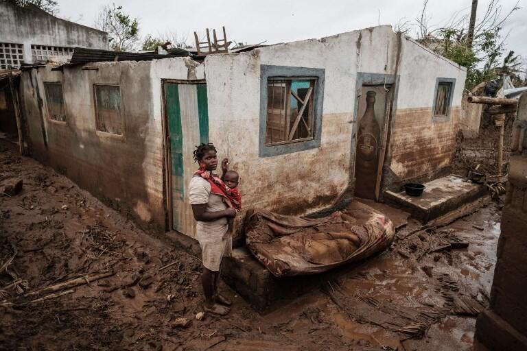 Rosa Tomás e o seu filho Dionísio Eduardo, junto ao que restava da sua casa após a passagem do ciclone Idai. 23 de Março de 2019. Buzi, Moçambique.