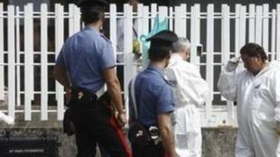 Policiais italianos na casa de Giuseppe Pignataro, italiano de 49 anos que se suicidou em Trani após perder o emprego, em 27 de março deste ano.