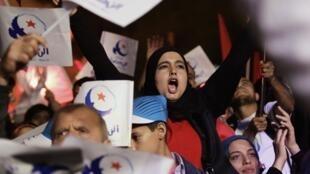 Des supporters d'Ennadha dans les rues de Tunis, le 24 octobre 2014.