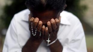 Người thân khóc thương nạn nhân vụ khủng bố, được chôn cất tại nghĩa trang Công Giáo Sellakanda ở Negombo, Sri Lanka ngày 23/04/2019.