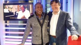 Manuel Anoyvega Mora con Jordi Batallé en los estudios de RFI