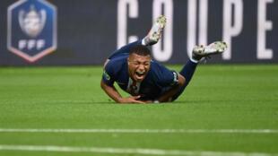Kylian Mbappé dan wasan gaba na PSG, lokacin da aka rafke shi a wasan PSG da Saint Etienne.