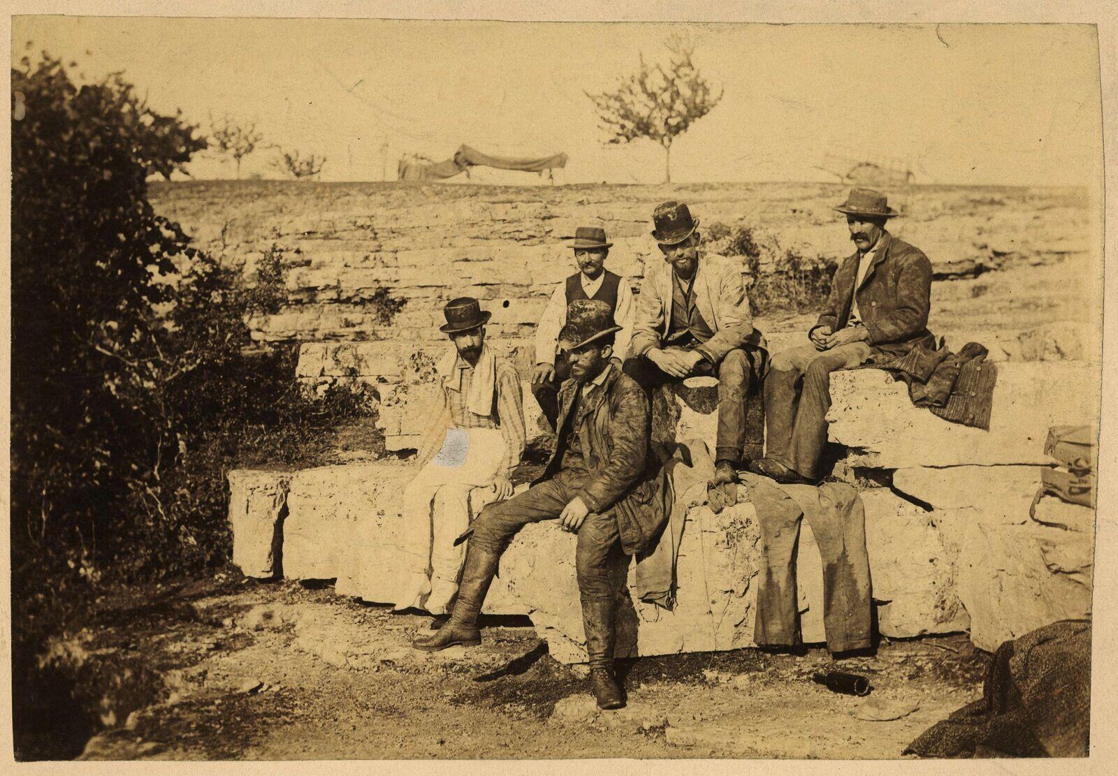 Los descubridores del río subterráneo de Padirac, en 1889, fotografiados de izquierda a derecha: Gabriel Gaupillat, Edouard - Alfred Martel, Louis  Armand, Louis de Launay, Emile Foulquier.