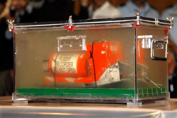 L'un des deux enregistreurs du vol d'Air France AF447 Rio-Paris, retrouvé en mer, ramené à l'aéroport du Bourget, au nord de Paris, le 12 mai 2011.