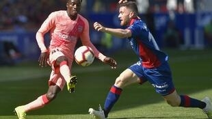 Le Sénégalais Moussa Wagué, ici devant Javi Galan, a joué son premier match officiel avec le Barça le 13 avril 2019 à Hueca.